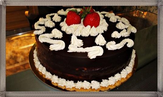Tort cu capsune, vanilie si ciocolata