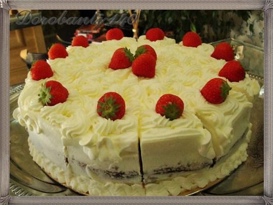 Tort cu vanilie, capsune si frisca
